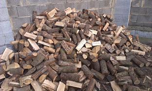 Štípané tvrdé dřevo sypané